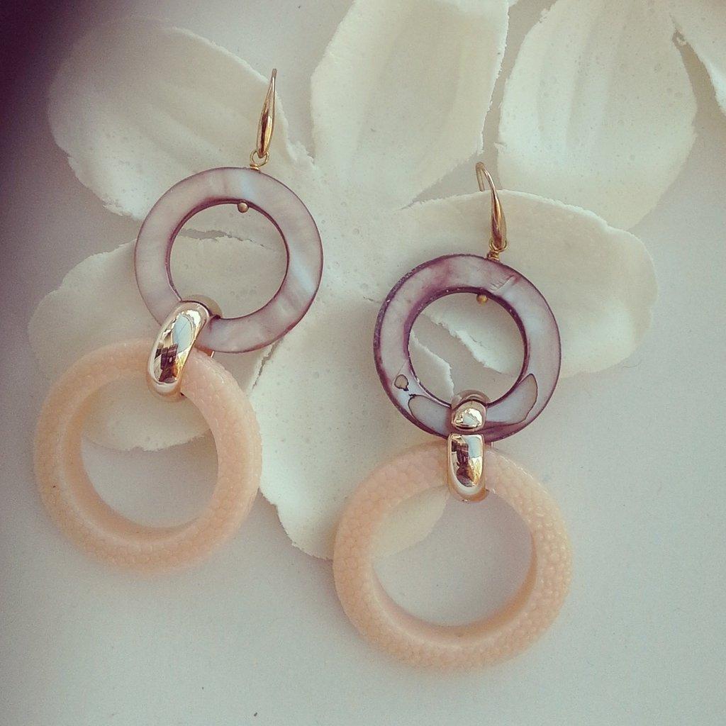 orecchini pendenti con pietre rosa antico e madreperla