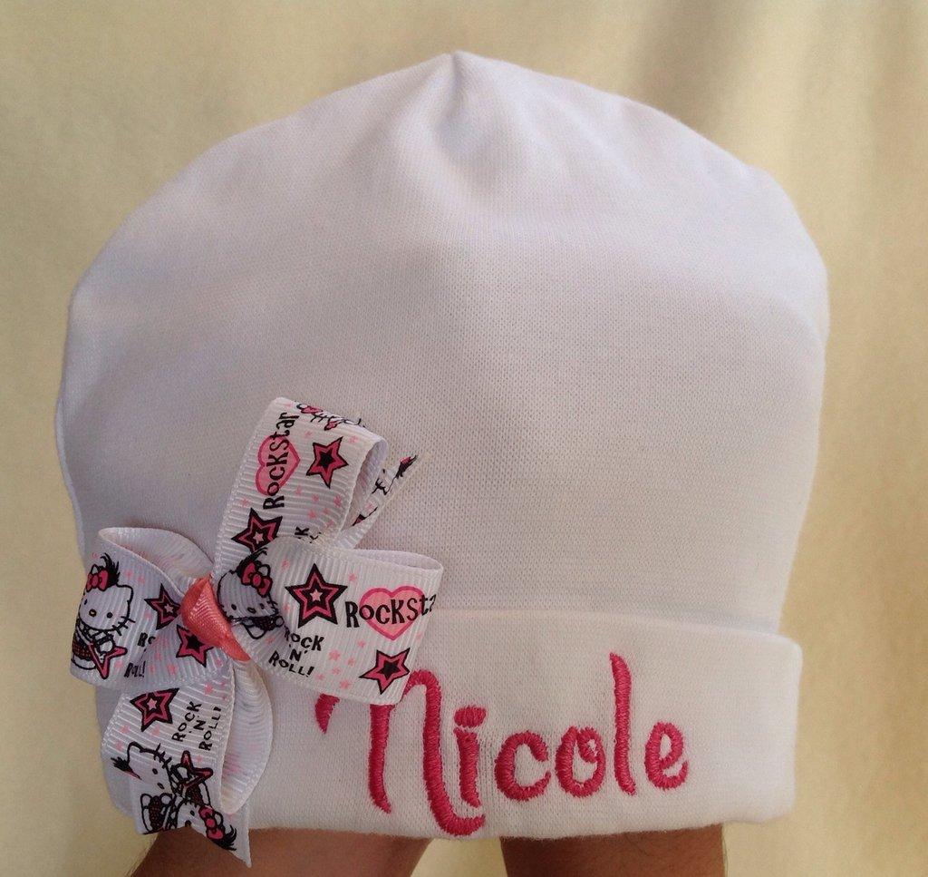 Cappello personalizzato con nome per bimba 0-3 mesi e portaciuccio in coordinato.