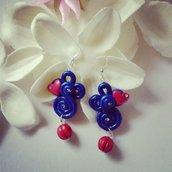 orecchini pendenti in fimo blu glitter con dettaglio rosso