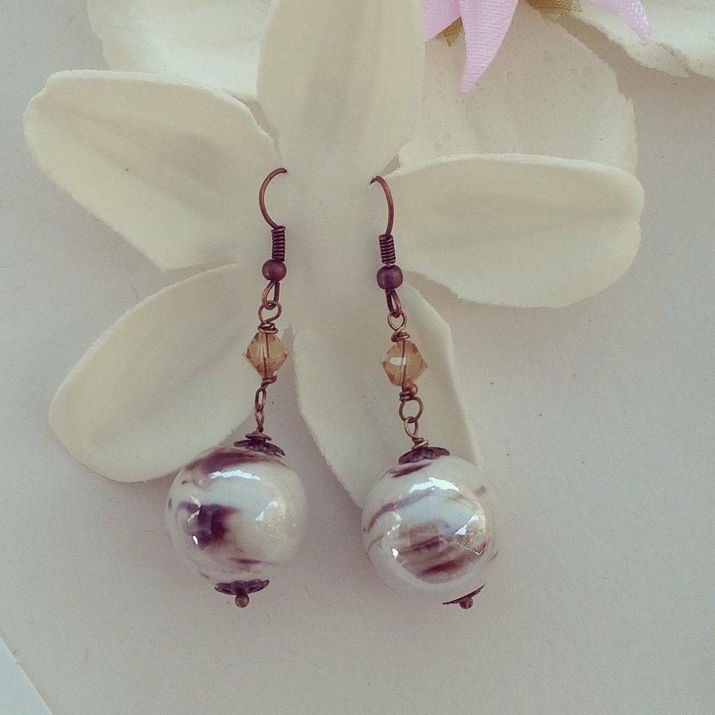 orecchini pendenti con pietra bianca con sfumature marroni