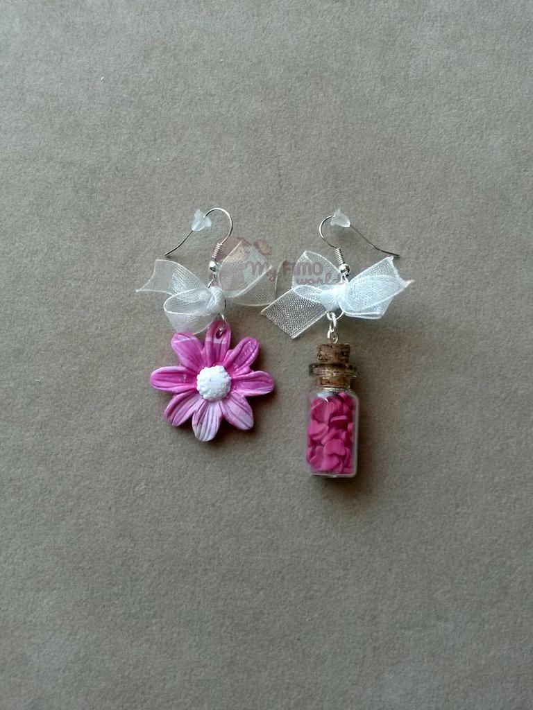 Orecchini pendenti con margherita e bottiglietta con mini cuoricini fimo