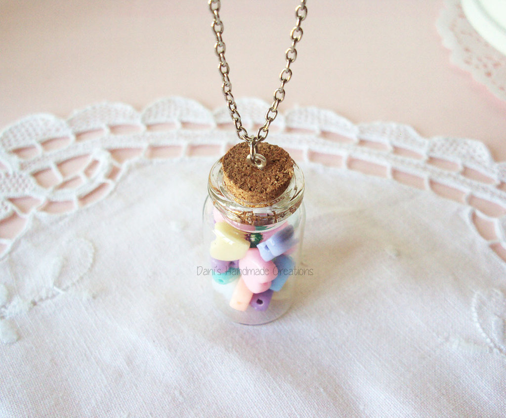 Collana con cuori pastello in boccetta di vetro