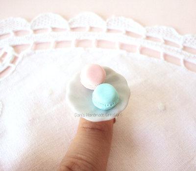 Anello con piattino in ceramica e macarons rosa e menta in fimo