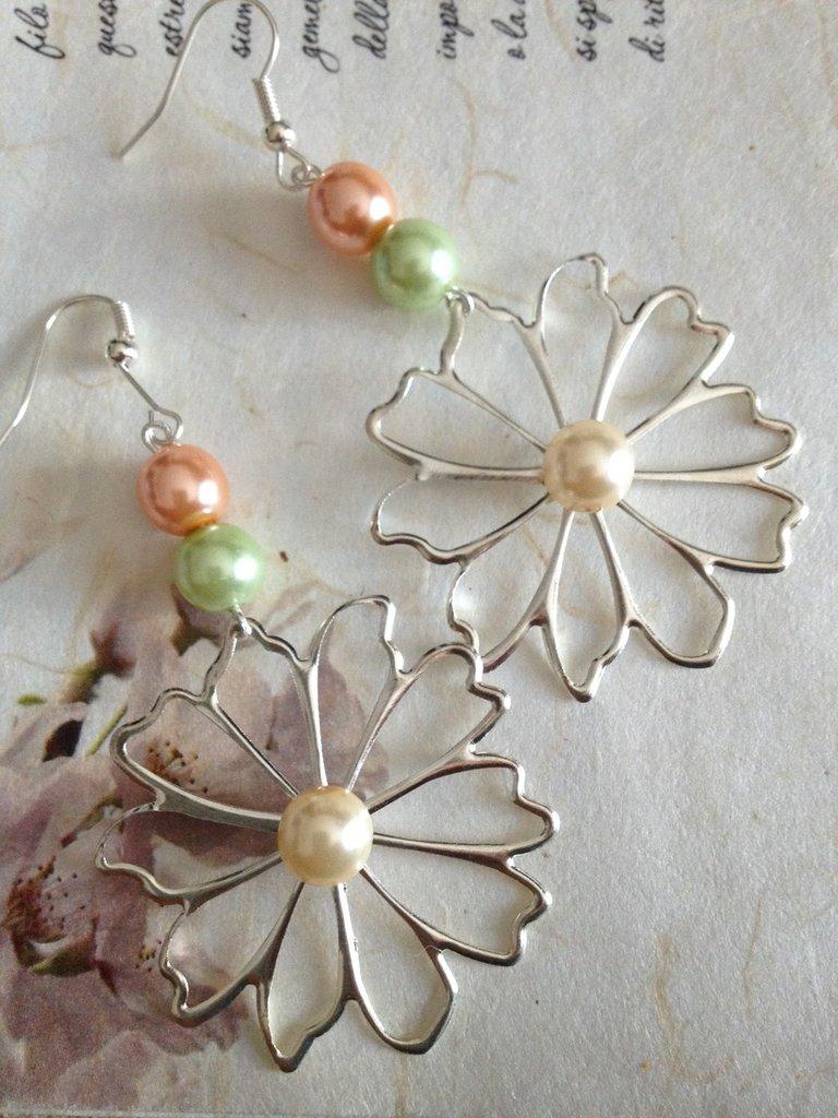 Orecchini pendenti con fiore.