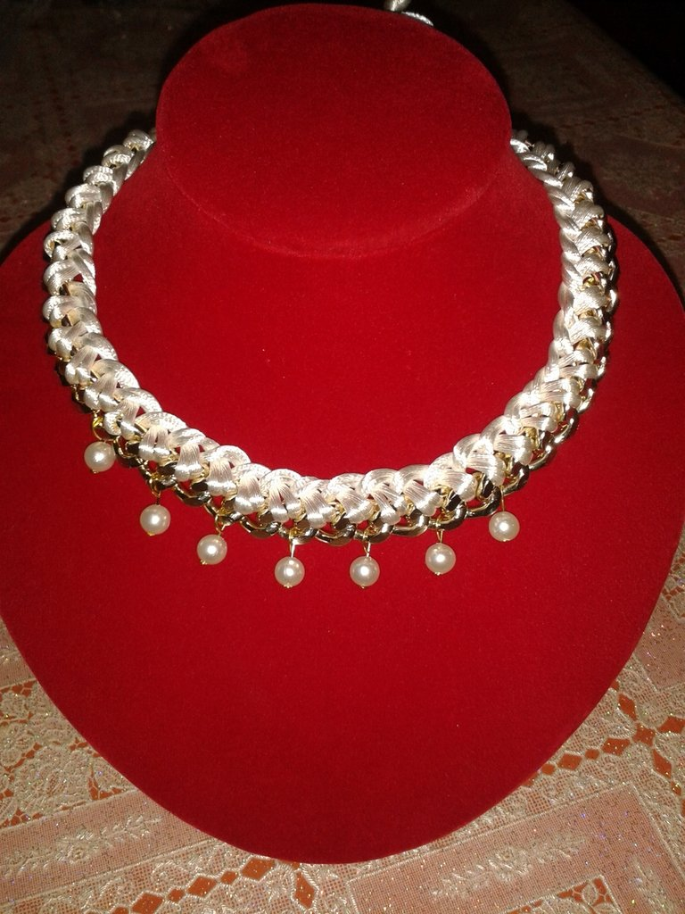 collana girocollo catena e coda di topo bianca impreziosita con perle bianche