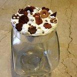 Biscottiera decorata con panna e biscotti in fimo