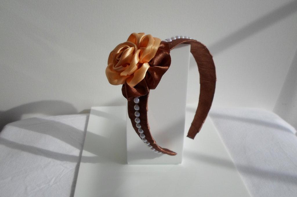 cerchietto per capelli fiore arancio marrone,fatto a mano con stoffa e perline di plastica