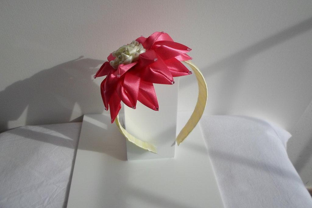 fermacapelli fiore bianco rosso petali lunghi,fatto a mano con stoffa di raso e perline di plastica colorate