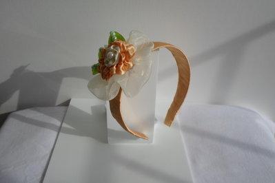 fermacapelli fiore colorato con tre foglie verdi fatto a mano con stoffa colorata e perline di plastica