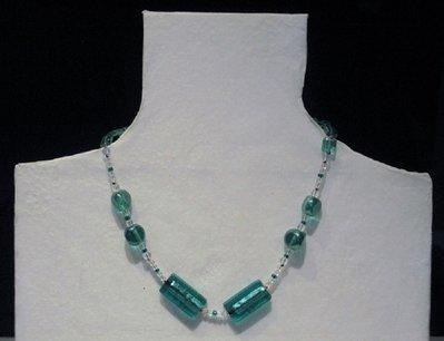 Collana verde e bianca con pietre in vetro lavorato