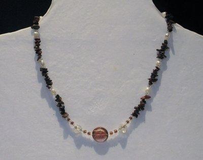 Collana in pietra naturale e perle in vetro fatta a mano