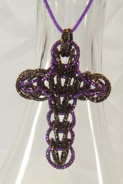Collana con croce chainmail nero e viola