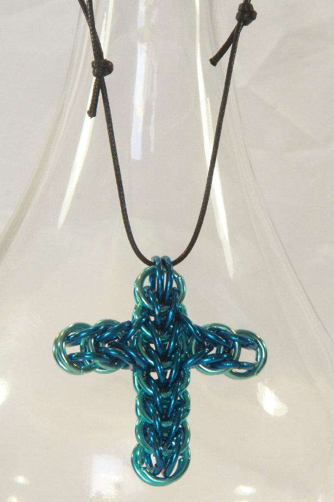Collana con croce chainmail azzurra