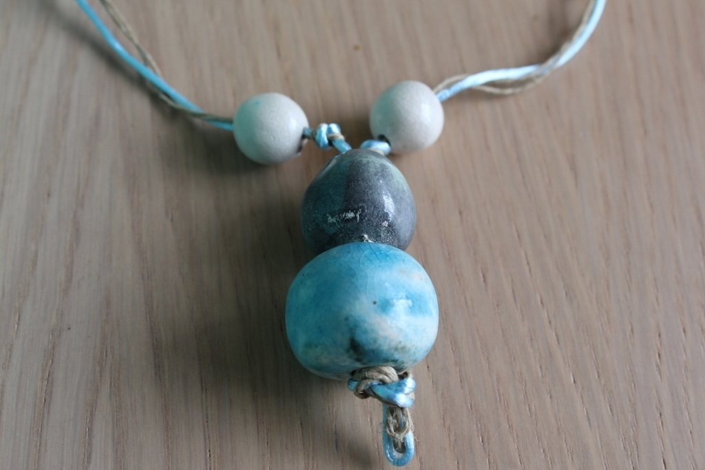 collana con perle in argilla bianca