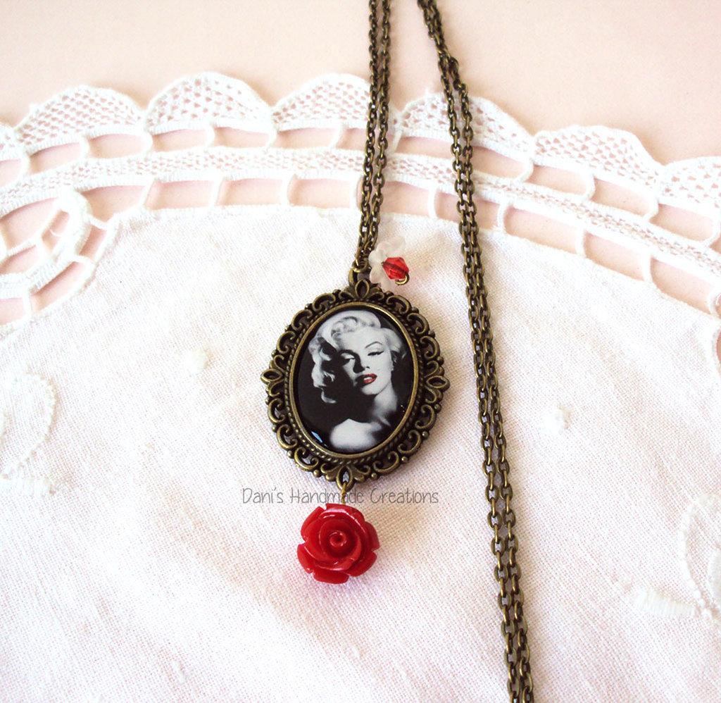 Collana cammeo in bronzo con Marilyn Monroe, fiori e rosa rossa in resina