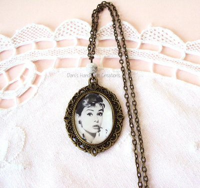Collana cammeo in bronzo con Audrey Hepburn e perla argentata