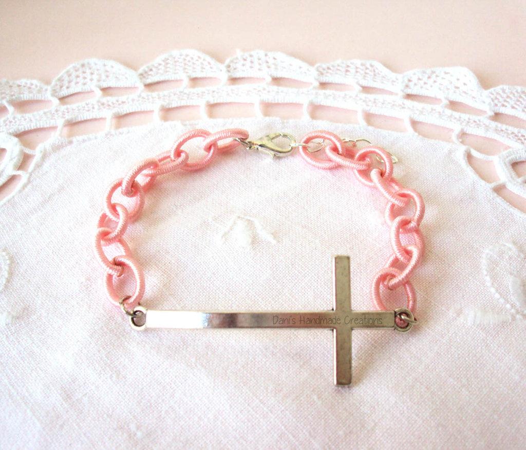 *IN OFFERTA* Bracciale con croce grande argentata con catena di seta beige o rosa