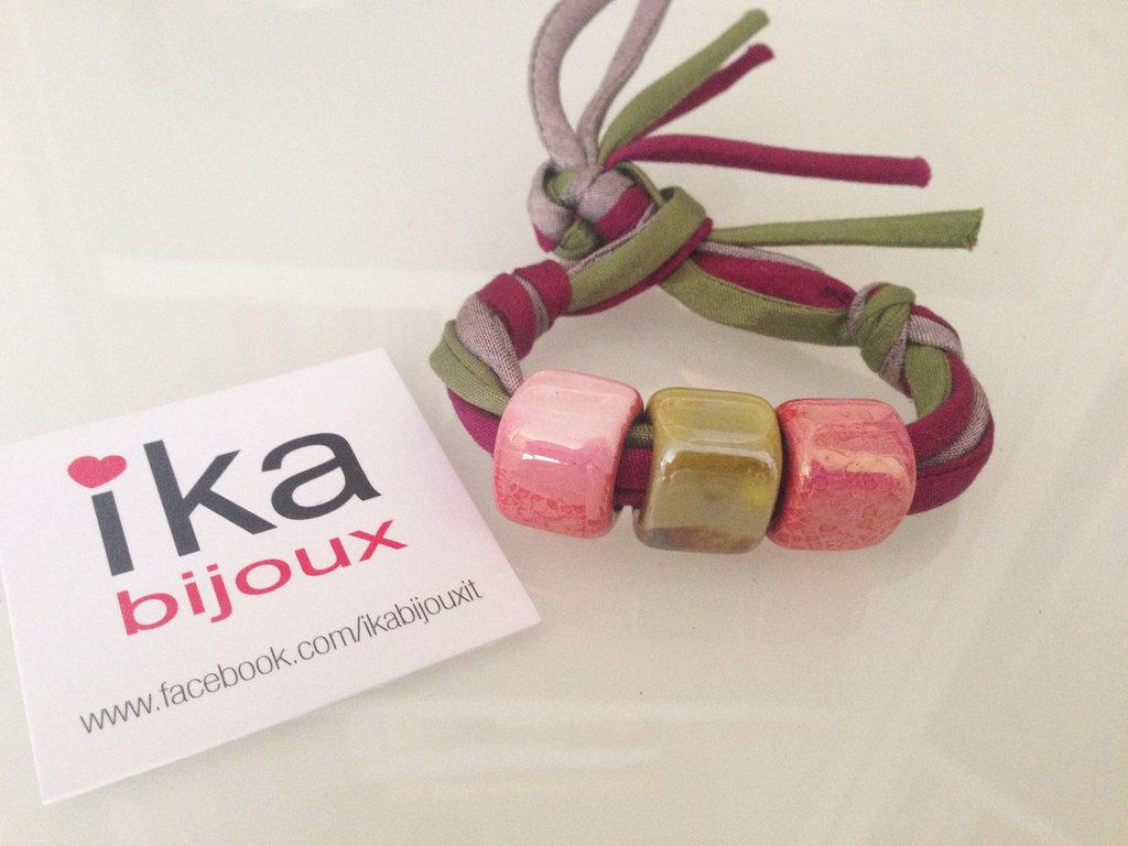 Bracciale Kube in schantung di seta e ceramica realizzata a mano nei toni rosa e verde