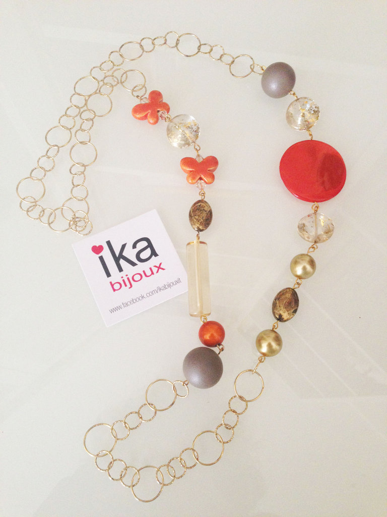 Collana lunga catena oro ed elementi in vetro, ceramica e resina arancioni