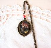 Collana cammeo in bronzo con immagine fantasy e perla rossa