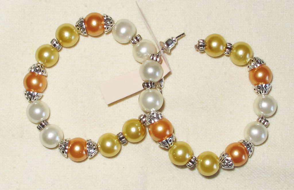 Orecchini artigianali a cerchi con perle bianche, gialle e arancio