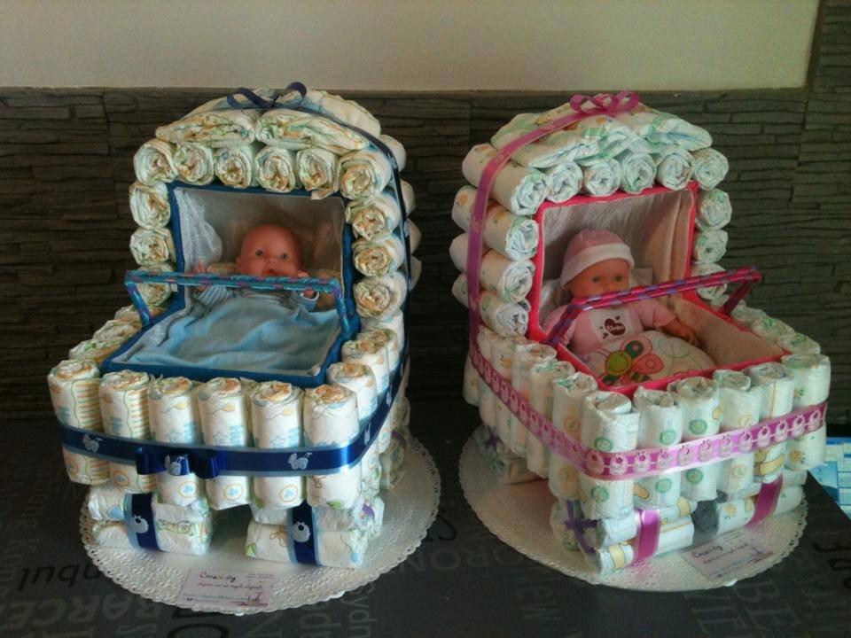 COMPOSIZIONE PASSEGGINO DI PANNOLINI CON PRODOTTI, BAVAGLINI E BODY per regali nascite e battesimi