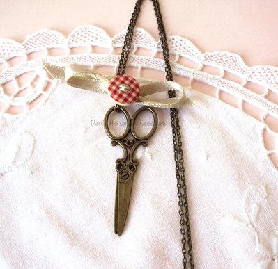 *IN OFFERTA* Collana con forbici vintage in bronzo, fiocco beige in raso e bottone scozzese