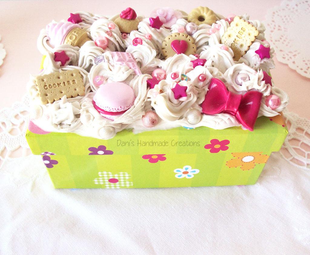 *IN OFFERTA* Scatola verde a fiori decorata con panna, dolci e biscotti in fimo