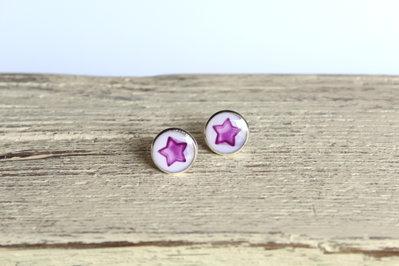 Orecchini in resina con stella viola