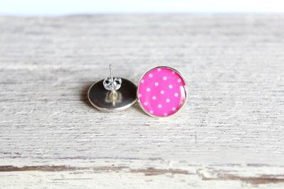 Orecchini in resina pois bianchi su sfondo rosa, perfetti per l'estate.