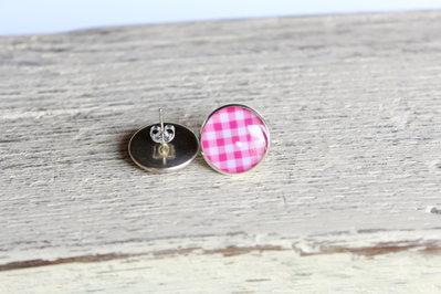 Orecchini in resina a quadretti bianchi e rosa, perfetti per l'estate.