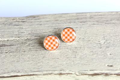Orecchini in resina a quadretti bianchi e arancioni, perfetti per l'estate.