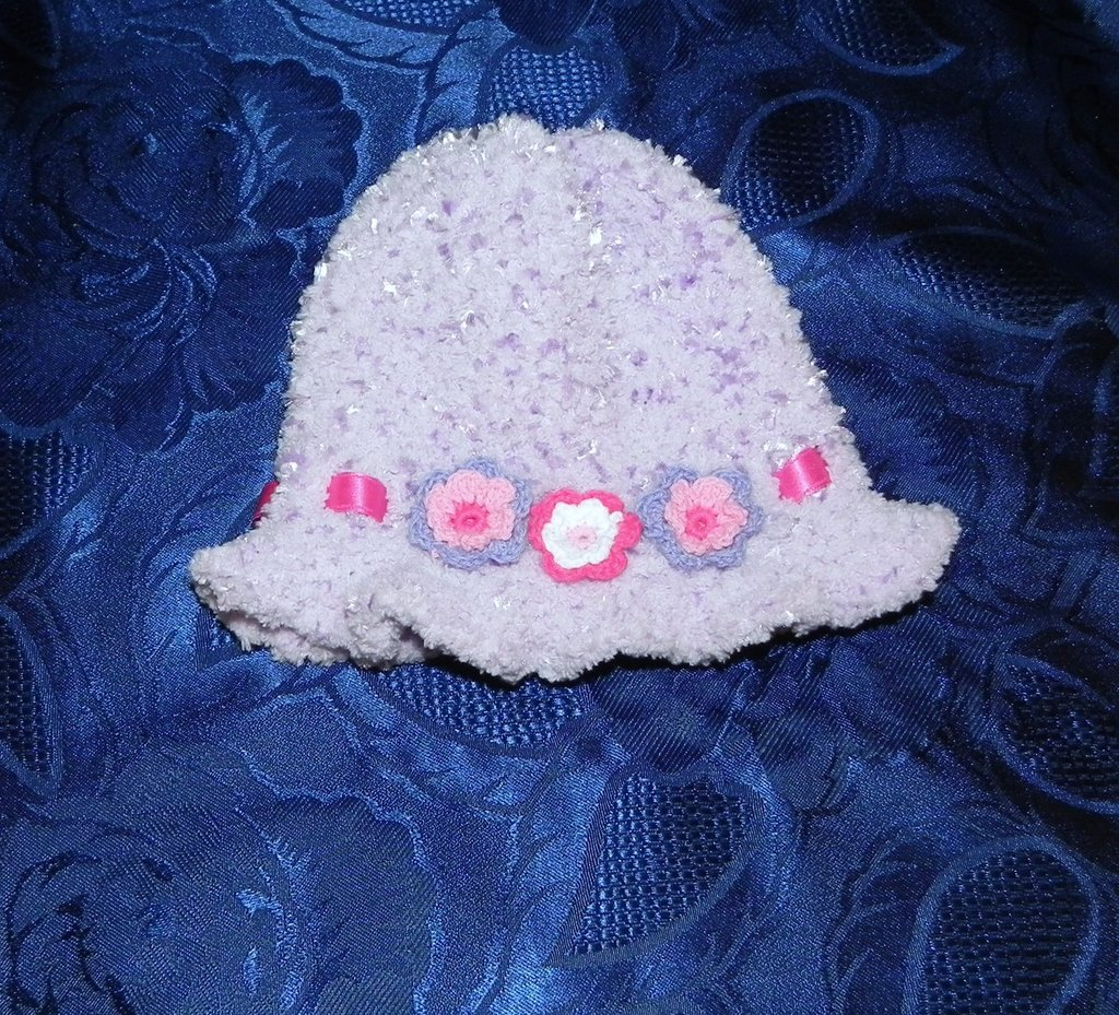 Cappellino bimba fatto a mano LILLA con fiori applicati ferri-uncinetto