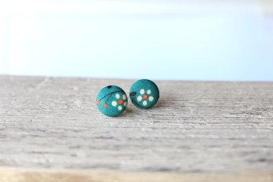 Orecchini bottoni - fiore su sfondo verde petrolio fabric-covered button earrings