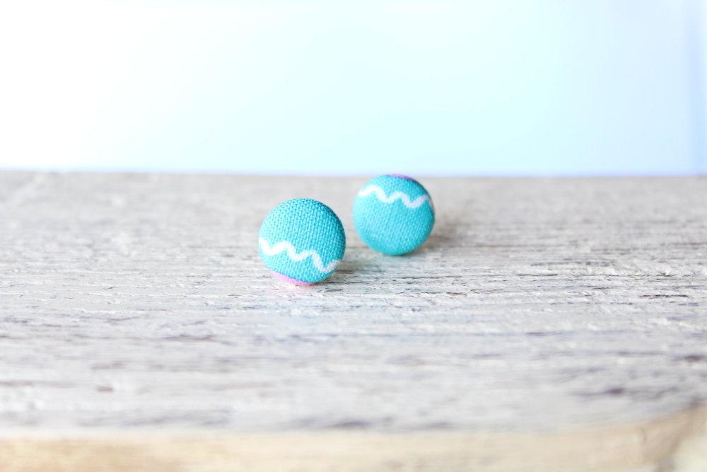 Orecchini bottoni -tessuto americano azzurro chiaro con dettaglio bianco fabric-covered button earrings