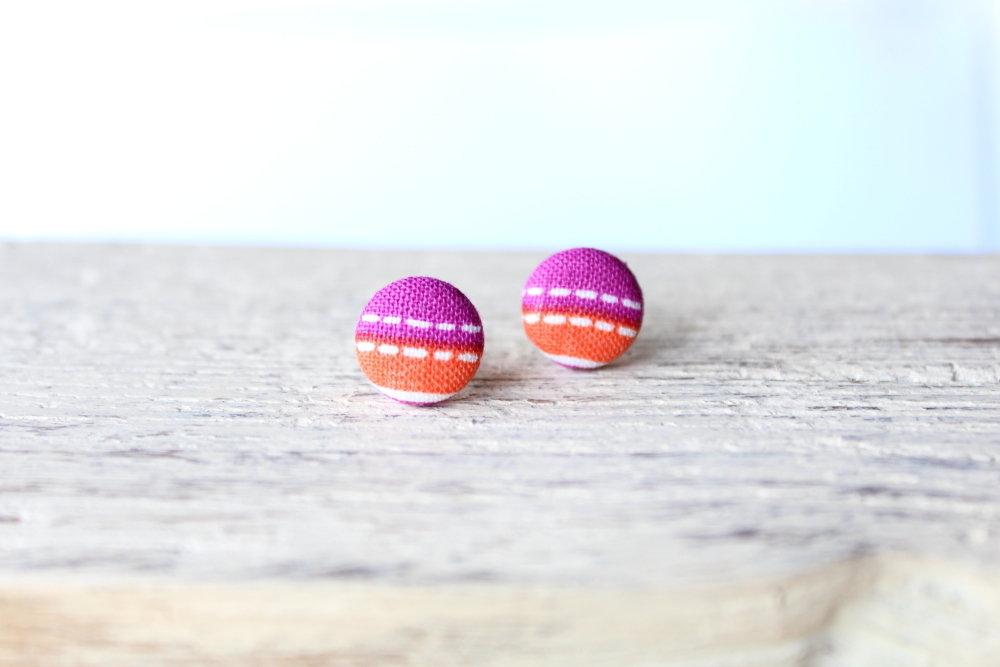 Orecchini bottoni - trattini bianchi su sfondo sfondo arancione e fucsia fabric-covered button earrings