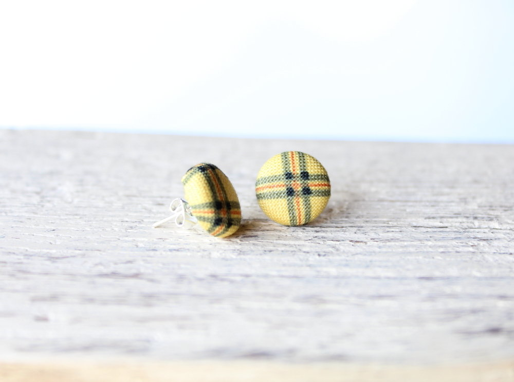 Orecchini bottoni - fantasia plaid giallo caldo  fabric-covered button earrings