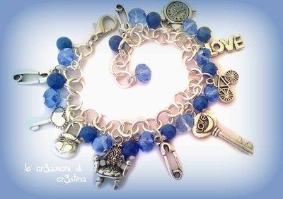 Bracciale con charms, cristalli azzurri e perline blu