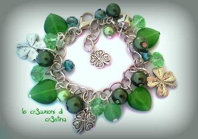 Bracciale con charms quadrifoglio e coccinella portafortuna, perle e cuori verdi