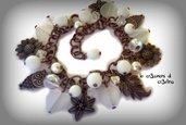 Bracciale bianco con charms color bronzo a forma di foglia, fiore, girasole, gufetto
