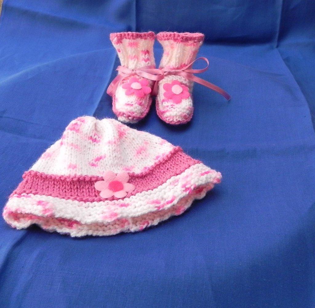 Scarpine e cappellino fatti a mano lana ferri e uncinetto