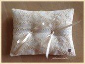 Cuscino porta fedi in lino bianco e pizzo