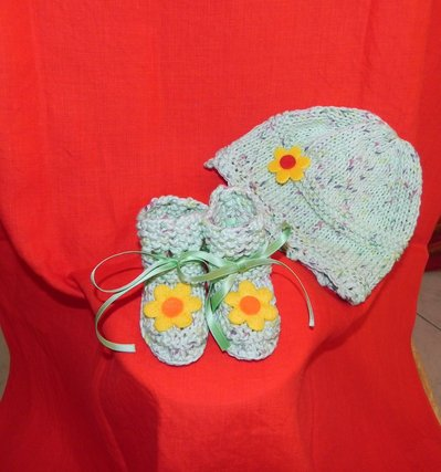 Scarpine e cappellino fatti a mano cotone 100 % verde ferri e uncinetto