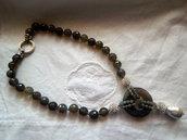 Collana di agata grigia con perle sfaccettade 12mm sfere in trass bianchi e ciiondoloc con grande perla barocca.