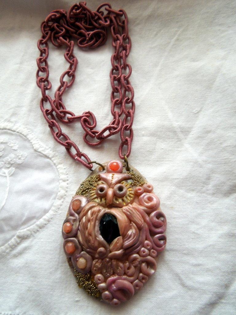 Collana in fimo modellata a mano ciondolo gufo con incastonate cristalli e pietre.
