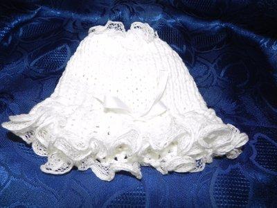 Cappellino bambina con volant e fiocco bianco fatto a mano in cotone