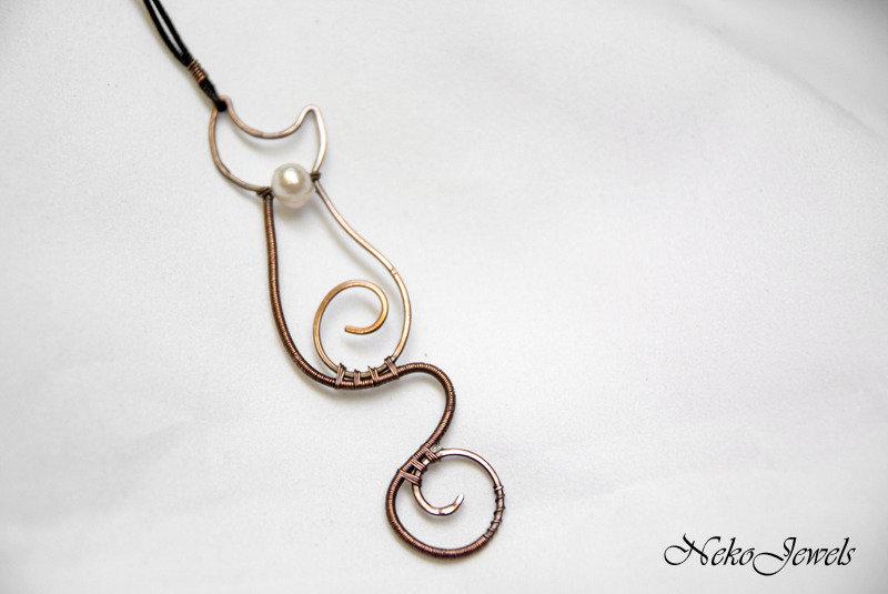 Gatto elegante micio sinuoso silhouette pendente in rame naturale e tecnica wire weaving con perla di fiume