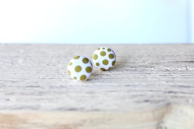 Orecchini bottoni - fantasia pois verde oliva fabric-covered button earrings