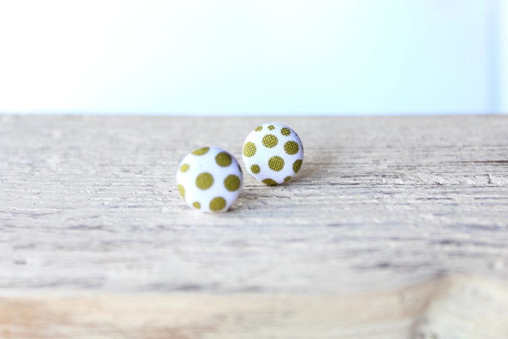 Orecchini bottoni - fantasia pois verde oliva fabric-covered button earrings