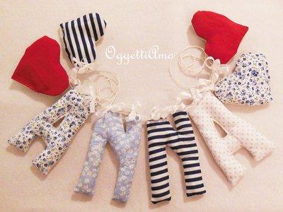 Decorazione per la nursery della vostra bambina: ghirlanda di lettere di stoffa imbottite sul rosso e blu!